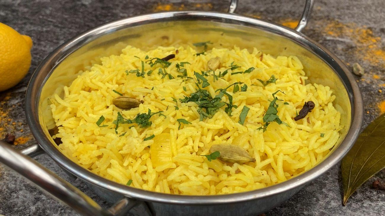 Aromatic basmati rice with onion, cardamom & cloves